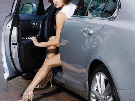 woman-driving-in-high-heels